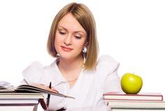 barn för bokavläsningskvinna royaltyfria foton