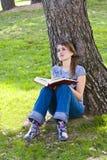 barn för bokavläsningskvinna Arkivbild