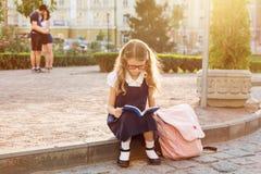 barn för bokavläsningsschoolgirl Arkivbilder