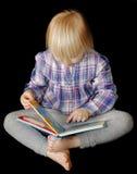 barn för bokflickaavläsning Royaltyfria Foton