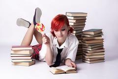 barn för bokflickaavläsning fotografering för bildbyråer
