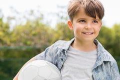 barn för bollkalleholdingfotboll Royaltyfria Foton