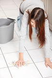 barn för cleaningflor kvinna Royaltyfri Foto
