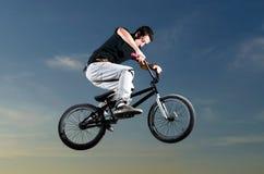 barn för cykelbmxryttare Arkivbild