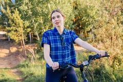 barn för cykelridningkvinna Royaltyfri Fotografi
