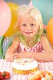 barn för deltagare för födelsedagcakeflicka arkivfoton