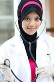 barn för doktorsmuslimkvinna Arkivbild