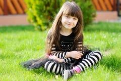barn för dräktflickahalloween utomhus häxa Fotografering för Bildbyråer