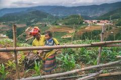 Barn för etnisk minoritet för H-`-mong på Maj 24, 2017 i Mucangchai, Vietnam H-`-mong är den 8th största folkgruppen i Vietnam Arkivbilder