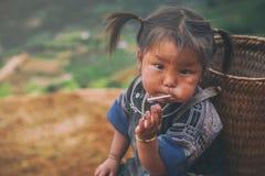 Barn för etnisk minoritet för H-`-mong på Maj 24, 2017 i Mucangchai, Vietnam H-`-mong är den 8th största folkgruppen i Vietnam Royaltyfri Bild