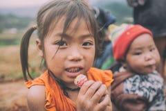 Barn för etnisk minoritet för H-`-mong på Maj 24, 2017 i Mucangchai, Vietnam H-`-mong är den 8th största folkgruppen i Vietnam Arkivbild