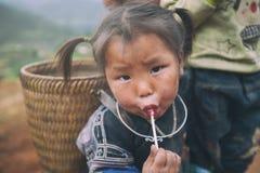 Barn för etnisk minoritet för H-`-mong på Maj 24, 2017 i Mucangchai, Vietnam H-`-mong är den 8th största folkgruppen i Vietnam Fotografering för Bildbyråer