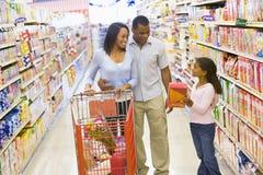 barn för familjlivsmedelsbutikshopping royaltyfri fotografi