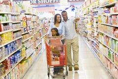 barn för familjlivsmedelsbutikshopping royaltyfri foto
