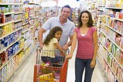 barn för familjlivsmedelsbutikshopping arkivfoton
