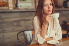 barn för flicka för kaffekopp Royaltyfri Bild
