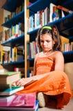 barn för flickaarkivavläsning Royaltyfri Foto