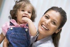 barn för flickaholdingmoder royaltyfri fotografi