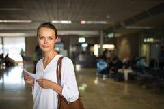barn för flygplatskvinnligpassagerare arkivfoto