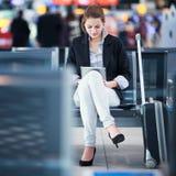 barn för flygplatskvinnligpassagerare royaltyfri foto