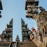 Barn för gatasäljare i Pura Besakih Temple royaltyfri foto