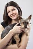 barn för hundholdingkvinna Arkivbild