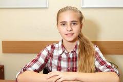 barn för isolateschoolgirlwhite royaltyfria foton