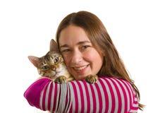 barn för kattunge för flicka för facing för armbengal kamera royaltyfri foto
