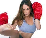 barn för kick för boxarebrunettkvinnlig Arkivfoton