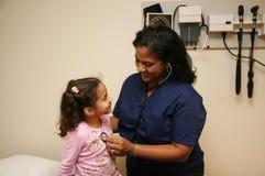 barn för kontrollsjuksköterskatålmodig Arkivfoton