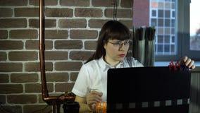 barn för kvinna för affärsbärbar datorkontor arkivfilmer