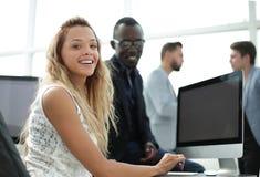 barn för kvinna för affärsskrivbordkontor sittande arkivfoto