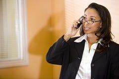 barn för kvinna för afrikansk amerikantelefon talande Arkivbilder