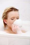 barn för kvinna för badskönhet dricka Arkivfoton