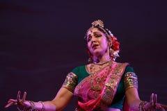 barn för kvinna för bakgrundsdans indiskt vitt Royaltyfria Foton