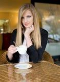 barn för kvinna för blond avbrottscofffee elegantt royaltyfri fotografi