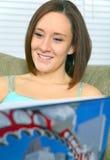 barn för kvinna för bokcloseupavläsning le arkivbilder