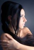 barn för kvinna för brunettståendeprofil arkivbild