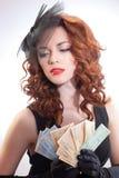 barn för kvinna för euroholdingpengar Royaltyfri Foto