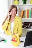 barn för kvinna för härlig cellflickatelefon talande Royaltyfri Fotografi