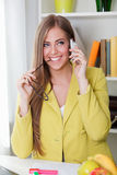 barn för kvinna för härlig cellflickatelefon talande Royaltyfria Foton
