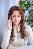 barn för kvinna för härlig cellflickatelefon talande royaltyfria bilder
