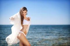barn för kvinna för härligt bikinihav le Fotografering för Bildbyråer
