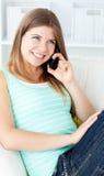 barn för kvinna för joyful telefonsofa talande Arkivbilder