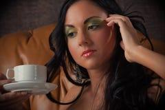 barn för kvinna för kaffekopp Arkivbild