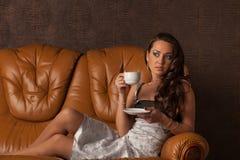 barn för kvinna för kaffekopp Fotografering för Bildbyråer