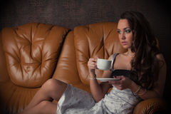 barn för kvinna för kaffekopp Royaltyfri Foto