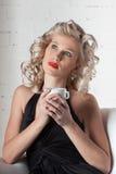 barn för kvinna för kaffekopp Arkivbilder