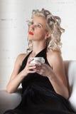 barn för kvinna för kaffekopp Royaltyfri Bild