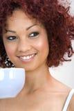 barn för kvinna för kaffekopp Royaltyfri Fotografi